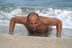 执行人俯卧撑的海滩新 免版税库存图片