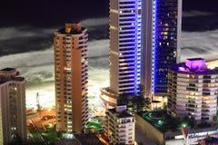 海滩前的大厦晚上塔 免版税库存照片