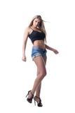 白肤金发的牛仔布性感的短裤妇女年轻人 免版税库存图片