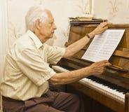 人老钢琴使用 免版税图库摄影