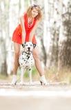 有狗的性感的少妇。 库存图片