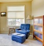 蓝色椅子角落内部闪亮指示 免版税库存照片