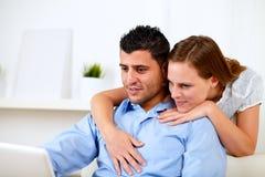 一起查找使用的夫妇好膝上型计算机 免版税库存图片