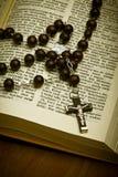 与耶稣受难象的基督徒圣经 免版税图库摄影