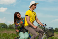 自行车夫妇开花愉快户外 免版税图库摄影