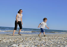 海滩男孩他的母亲 免版税库存图片
