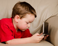 игра мальчика играя видео Стоковые Фотографии RF