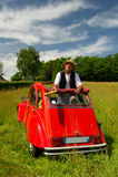 有他典型的红色汽车的法国人 免版税图库摄影