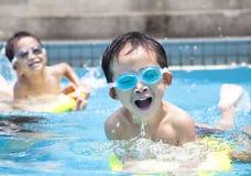 男孩池游泳 库存照片