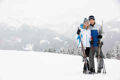 在滑雪节假日的中世纪夫妇在山 免版税图库摄影
