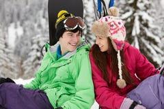 在滑雪节假日的二个少年在山 免版税库存图片