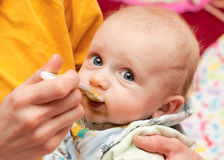 吃匙子的婴孩 免版税库存图片