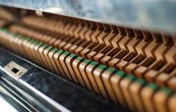 挺直黑色锤子的钢琴 免版税图库摄影