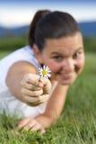 有雏菊的逗人喜爱的微笑的女孩 免版税库存图片