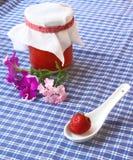 草莓烹调的草莓和瓶子 库存图片