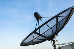 卫星盘在蓝天下 免版税库存图片