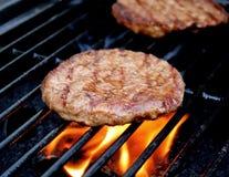 烹调在烤肉的汉堡 库存照片