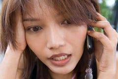 Γυναίκα με το κυψελοειδές τηλέφωνο Στοκ φωτογραφίες με δικαίωμα ελεύθερης χρήσης