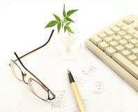 Έγγραφο που γράφεται με την εργασία υπολογισμού. Στοκ Φωτογραφία