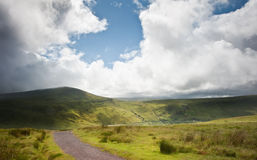 乡下横向对山 库存照片