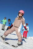 Семья на празднике лыжи в горах Стоковое Фото