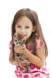 有猫的微笑女孩 免版税库存图片