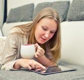 有片剂个人计算机的妇女 免版税库存图片