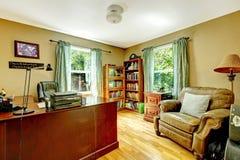 与绿色墙壁和木头的家庭办公内部。 库存图片