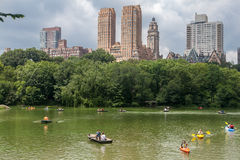 中央公园和游人用浆划 免版税库存照片