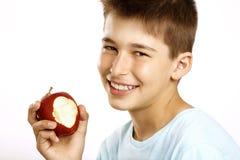 男孩吃苹果 免版税库存图片