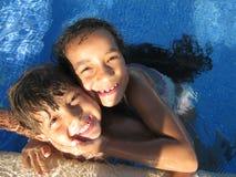 在游泳池的孩子 免版税库存图片