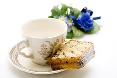 与咖啡杯的蛋糕 免版税库存图片