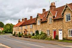 Привлекательно старомодный рядок английских домов села Стоковые Изображения RF