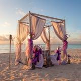 Ρομαντικός γαμήλιος πίνακας στην τροπική καραϊβική παραλία Στοκ Εικόνες