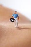 打高尔夫球的微型图 库存照片