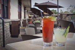 在餐馆露台的二个鸡尾酒 免版税图库摄影