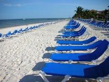 海滩可躺式椅 库存图片