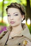 Женщина в ретро типе в городе Стоковое Фото