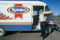 Работник доставляющий покупки на дом хлеба Стоковые Фото