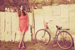 Κορίτσι μόδας στη χώρα Στοκ Εικόνα