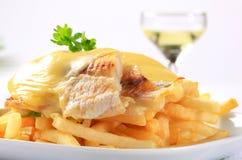 干酪冠上了鱼片用炸薯条 免版税库存图片