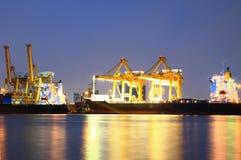 Εμπορευματοκιβώτια που φορτώνουν τον εν πλω λιμένα εμπορικών συναλλαγών Στοκ εικόνα με δικαίωμα ελεύθερης χρήσης