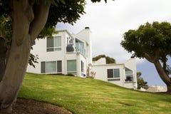 小山的现代空白之家在加利福尼亚 免版税图库摄影