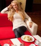 Молодая женщина в кафе Стоковое Фото