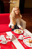 Молодая женщина в кафе Стоковая Фотография