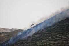 直升机与火在撒丁岛 免版税库存图片