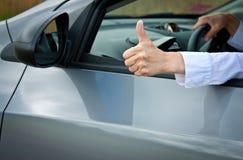 Рука водителя показывая большие пальцы руки поднимает жест Стоковые Изображения RF