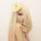 有壮观的头发的美丽的夫人 免版税图库摄影
