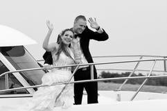 在快艇的已婚夫妇 库存图片