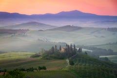 托斯卡纳农舍眺望楼在黎明,意大利 图库摄影